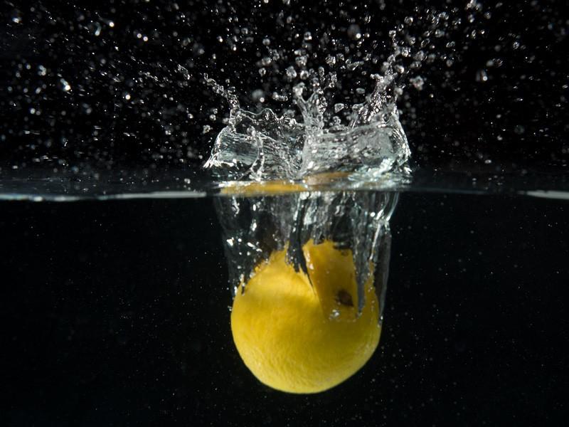 Dengan mode flash biasa (flash duration dibawah 1/500 detik), gerakan air dan lemon yang cepat tidak terekam dengan tajam.