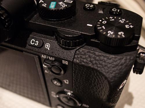 Tekstur body kamera sedikit lebih kasar dan doff daripada A7.