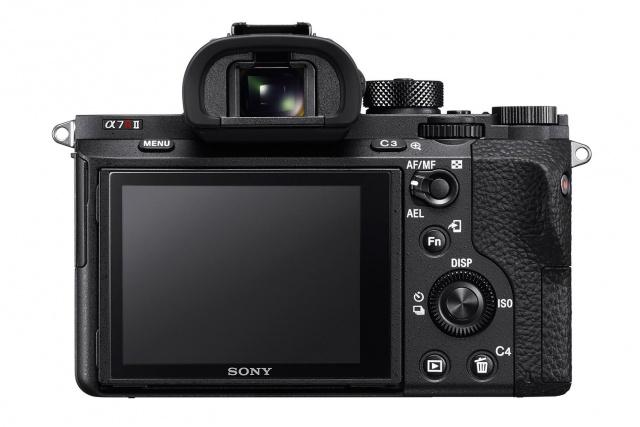 Label A7R mk II berada di bagian belakang kamera. Di depan kamera hanya tertulis A7R saja.