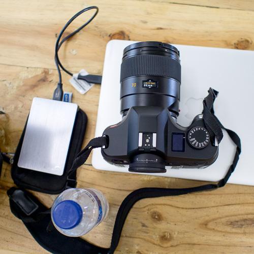 Leica S generasi pertama. Perhatikan perbandingannya dengan laptop, power bank dan botol Aqua.