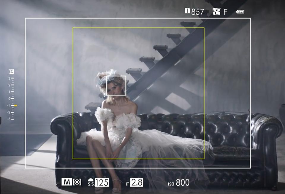 Jendela bidik rangefinder memungkinkan fotografer melihat disekitar frame foto.