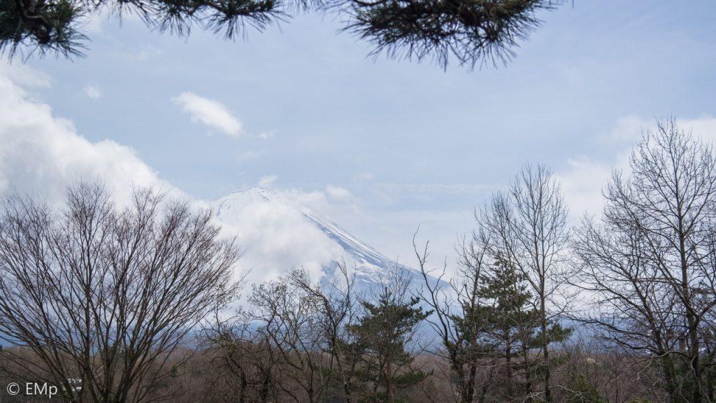 Gunung Fuji yang malu-malu diselimuti awan