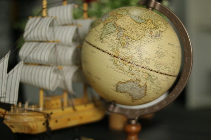 Dengan bukaan maksimum f/2 terlihat yang tajam hanya bagian tengah dari bola dunia