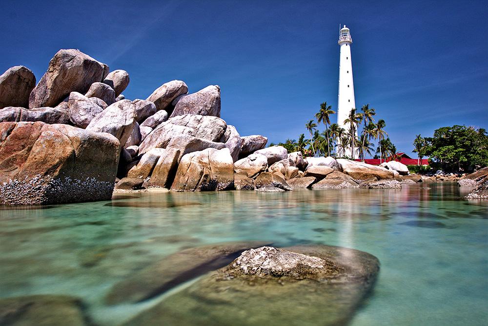 Mercusuar di Pulau Lengkuas ditangkap dengan baik dengan lensa lebar dan low angle.