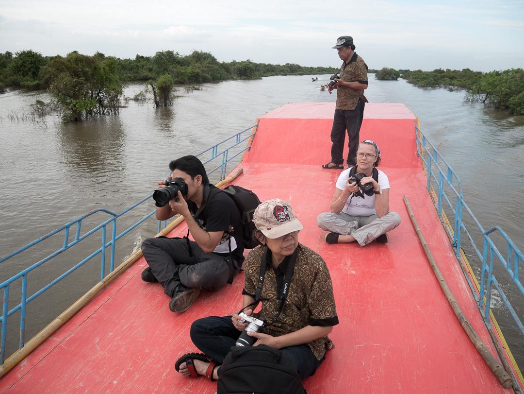 Beberapa peserta berada di atas dek dan yang lainnya mengambil posisi di bawah.